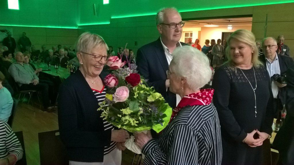 Margret Kimmann erhält Blumenstrauß von Renate Schmitz