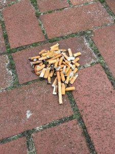 Zigarettenkippen, auf dem Kinderkrippenspielplatz eingesammelt