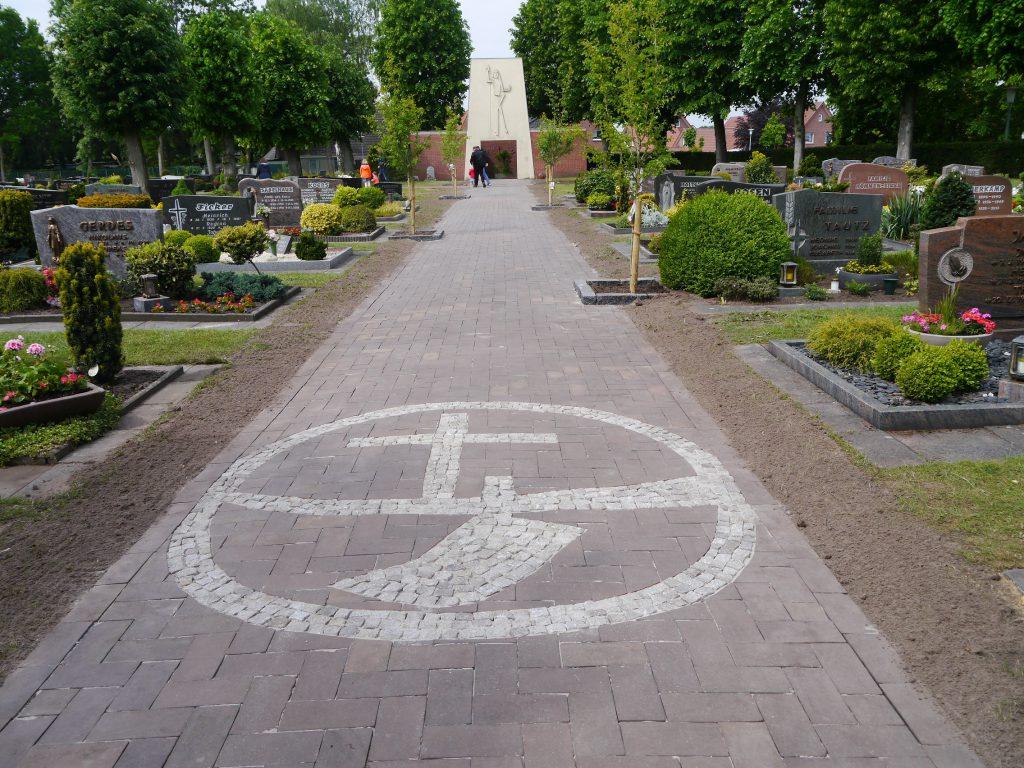 Hauptweg des Friedhofes Wippingen mit KLJB-Logo
