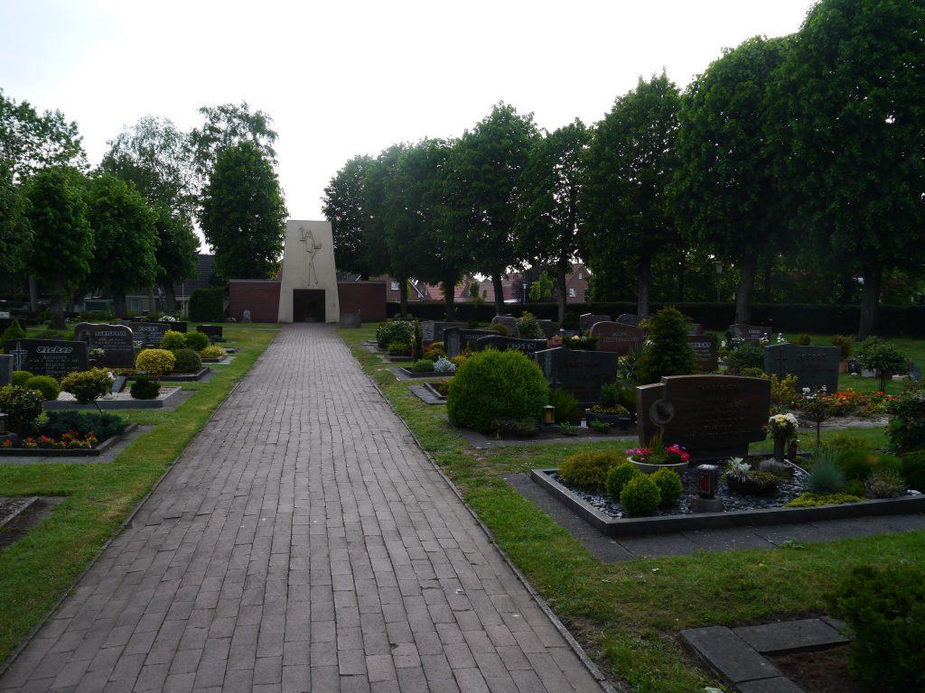 Hauptweg des Wippinger Friedhofes