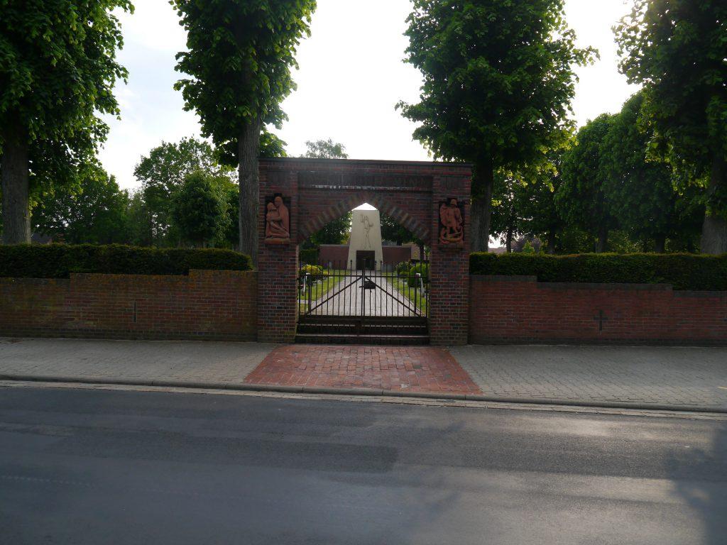 Haupteingang des Wippinger Friedhofes