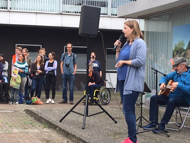 Petra Dallmann spricht zu den Demonstranten