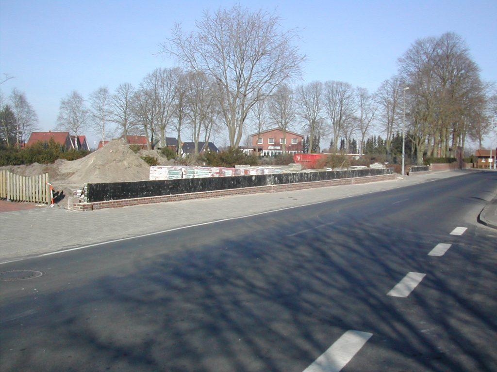 Bau der Friedhofsmauer bei der ehemaligen Hofstelle Schomaker