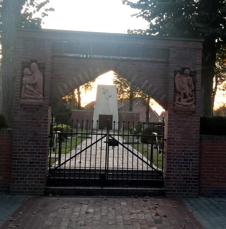 Blick durch das Friedhofstor (Ehremal für die Toten des 1. Weltkriegs) zum Ehrenmal für die Toten des 2. Weltkriegs