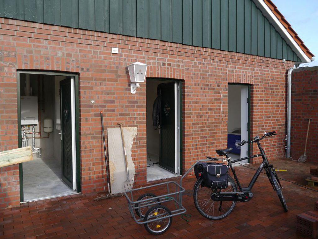 Lagerräume: Links Heizungsraum, mitte Lagerraum der Theatergruppe, rechts Lagerraum des Schützenvereins