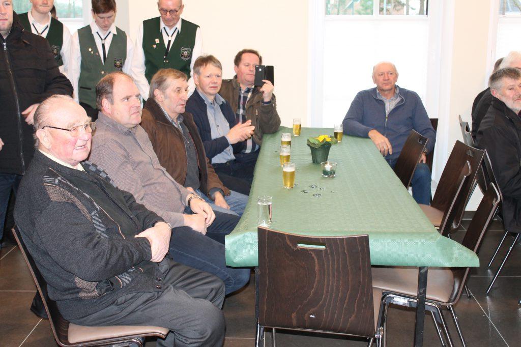 Links der Gründungsvorsitzende des Wippinger Schießvereins Heinrich Wester, rechts am Tischende der Ehrenoberst des Schützenvereins Alex Ganseforth