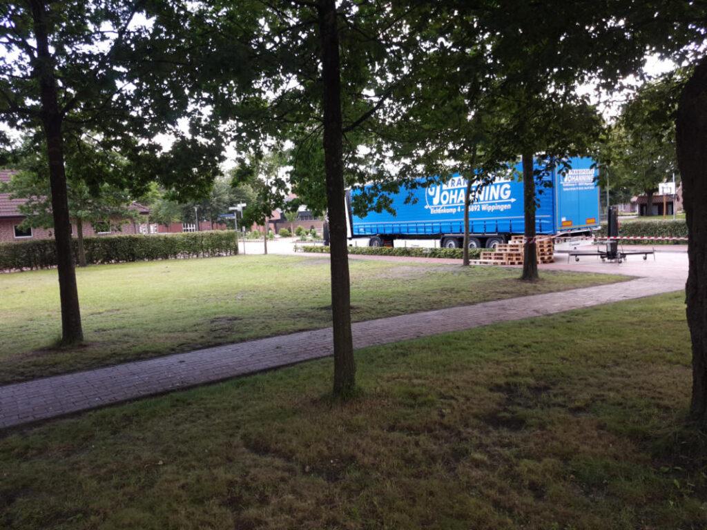 Trailer für den Altar bei der Open-Air-Messe im Pfarrgarten 2020