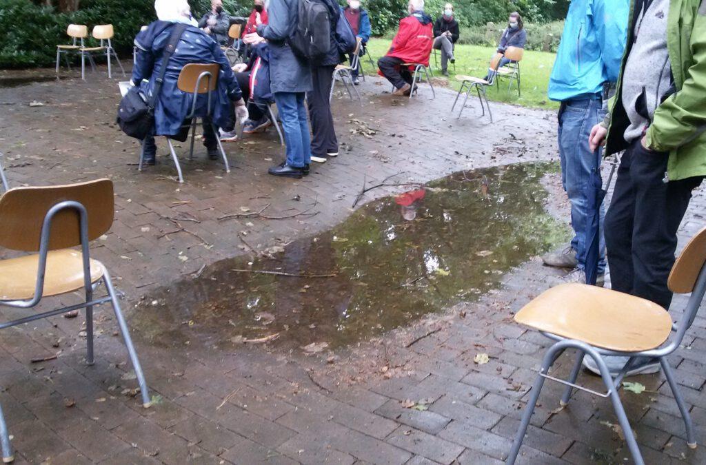 Wasserpfütze auf Kundgebungsplatz