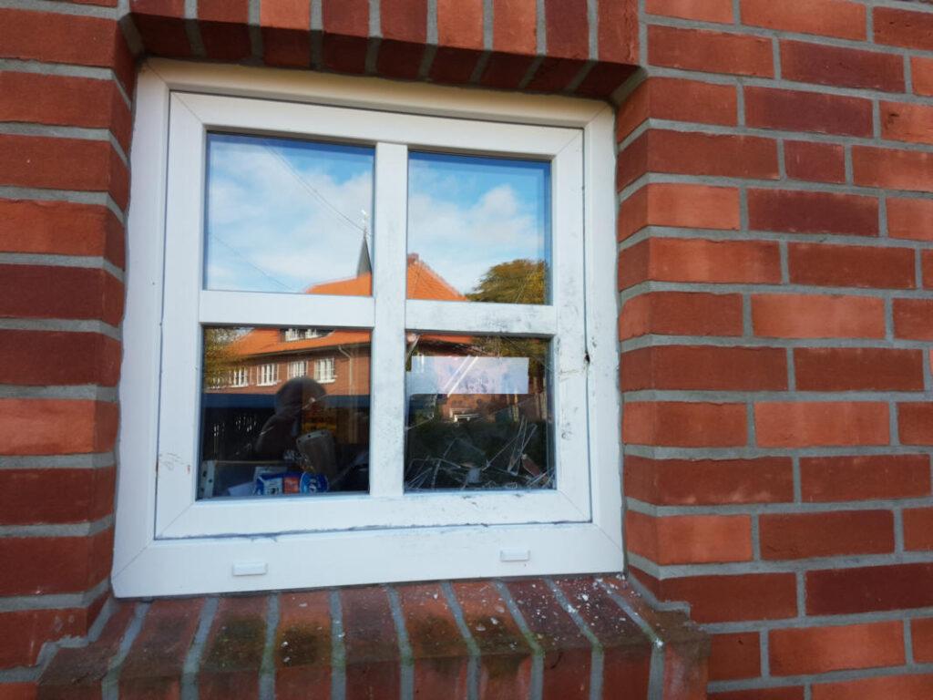 Einbruchsspuren am Fenster des Dorfladens