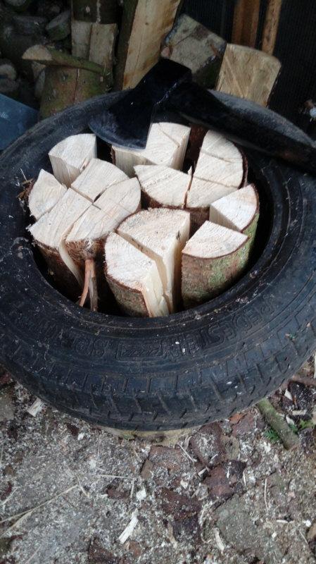 Altreifen als Vorrichtung beim Holzhacken