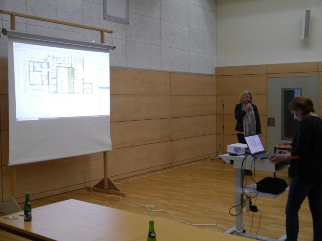 Sandra Schmidt stellt die Umbaumaßnahmen am Haus Westhoff vor