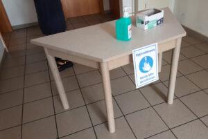 Tisch am Eingang zum Wahllokal